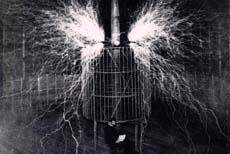 Nikola Tesla durante i suoi esperimenti con l'elettricità