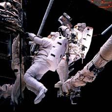 Astronauta lavora fuori dalla navicella