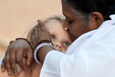 Amma-abbraccia-un-bambino