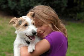 Abbraccio tra bambina e cane