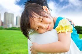 Bambina abbraccia il papà