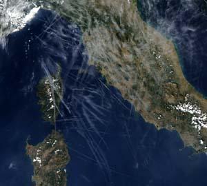 Visione dall'alto dell'Italia coperta di chie chimiche