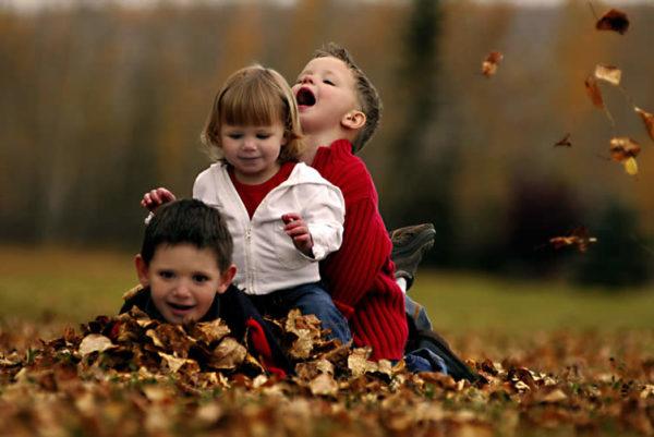 Bambini felici che giocano