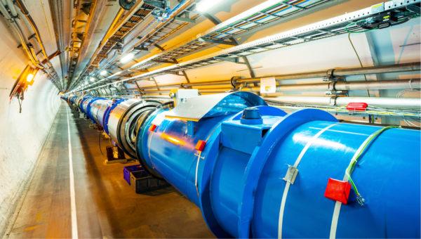 """I fisici del CERN, uno dei più sofisticati laboratori di fisica delle particelle del mondo, sono alla ricerca delle WIMP con l'LHC (da """"Large Hadron Collider""""), facendo scontrare assieme protoni o nuclei atomici ad altissima velocità per ricreare le condizioni di altissima energia dell'universo primordiale, qualche milionesimo di milionesimo di secondo dopo il big bang."""
