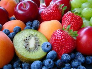Possiamo mangiare diversi tipi di frutta insieme rispettando la combinazione: Frutta acida + semiacida; Frutta dolce + semiacida. Evitare invece di mescolare frutta dolce con frutta acida. Il melone e l'anguria vanno mangiati da soli, altrimenti fermentano con grossa facilità dato l'elevato contenuto di glucidi (zuccheri). Ma c'è un lato positivo: impiegano solo 10 minuti per essere digeriti quindi l'ideale è mangiarli prima di iniziare il pasto.