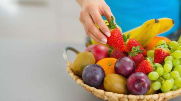 Tutti pensiamo che mangiare frutta significhi comprarla, sbucciarla, affettarla e portarla alla bocca. Ma non è così semplice e banale. È importante sapere come e quando mangiarla. Qual è dunque il modo corretto di consumare la frutta? La prima regola è di non mangiarla mai a fine pasto, ma sempre a stomaco vuoto. Se voi imparerete a mangiare tanta frutta, e a farlo nel modo corretto, essa giocherà un ruolo basilare nella detossificazione del vostro sistema corporale, e metterà a vostra disposizione una enorme quantità di energia utile a farvi perdere eventuale sovrappeso e a condurre al meglio tutte le altre migliorie corporali (sia livello fisico che mentale).