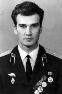 """La notte del 25 settembre del 1983, un colonnello di 44 anni, Stanislav Petrov,  della sezione spionaggio militare dei servizi segreti dell'Unione Sovietica, giunge al proprio posto di comando al Centro di allerta precoce, da dove coordinava la difesa aerospaziale russa. Quella sarebbe dovuta essere la sua notte libera, ma era stato richiamato all'ultimo minuto perché il collega che doveva essere in servizio si era ammalato… Il suo compito consisteva nell'analizzare e verificare tutti i dati provenienti da un satellite, in vista di un possibile attacco nucleare americano. Poco dopo la mezzanotte, esattamente alle 12.14 del 26 settembre dell'83, scattano tutti i sistemi di allarme, suonano le sirene e sugli schermi dei computer compare: """"attacco di missile nucleare imminente"""". Un missile era stato lanciato da una delle basi degli Stati Uniti."""