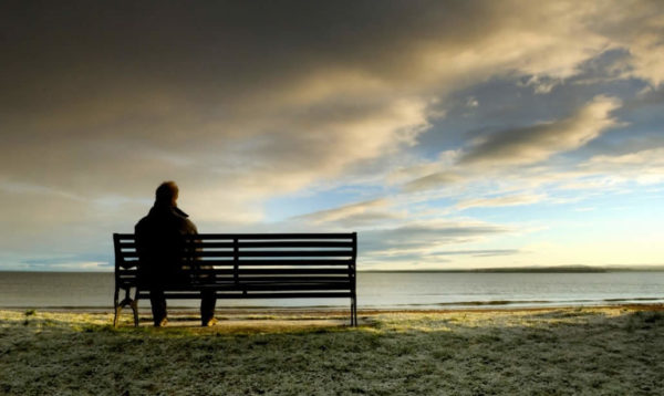 """Sentire la necessità di trascorrere del tempo soli con se stessi è un'esperienza comune e le motivazioni che ne sono alla base, possono essere le più disparate. Benché sia riconosciuto come un bisogno estremamente naturale e condiviso, molto spesso nutriamo atteggiamenti ambivalenti nei confronti della solitudine, termine che nell'immaginario collettivo si colora di una sfumatura di significato prevalentemente negativo. La solitudine può essere associata a inadeguatezza, inettitudine, incapacità o disagio relazionale, può spaventare e la tendenza è quella di rifuggirla. Tuttavia, un'analisi più attenta del fenomeno può rivelare una vasta gamma di valenze e interpretazioni possibili. A questo proposito viene in aiuto il vocabolario inglese, in cui compaiono termini diversi per indicare i due poli opposti del continuum, lungo cui si snoda l'esperienza della solitudine, quello """"buono"""", salutare e costruttivo, e quello negativo, disfunzionale e problematico: solitude  e loneliness."""