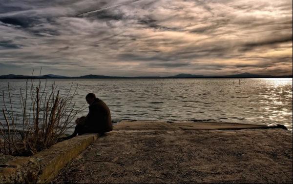 """Ero appena un ragazzino, soffrivo per la fine di una storia sentimentale, per l'esito di qualche progetto finito male o mai partito, per una delusione legata ad un'aspettativa di qualche genere e l'esortazione di parenti, amici e conoscenti era immancabilmente la stessa…devi reagire, devi uscire di casa, vedere gente, ubriacarti se necessario. Tutto pur di non pensare al dolore, rifuggirlo, far finta che non esista. Un atteggiamento tipico della cosiddetta """"società moderna"""", all'interno della quale il dolore viene visto e interpretato come la più grossa sciagura che possa mai capitare nella vita di un essere umano. Esso è infatti uno di quegli aspetti dell'esistenza che ci rifiutiamo categoricamente di accettare, con tutte le forze a nostra disposizione, una sorta di aberrazione, di errore di percorso del tutto privo di qualsivoglia utilità all'interno del nostro passaggio su questo pianeta. Paradossalmente in alcuni casi (in realtà, molti di più di quanti un terrestre medio sia portato ad immaginare), si preferirebbe morire piuttosto che soffrire, e in effetti il gran numero di suicidi degli ultimi anni è alquanto indicativo a supporto di questa affermazione.<br />"""