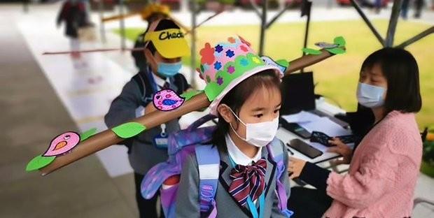 Ritorno a scuola: la bizzarra soluzione anti-contagio dei bambini ...