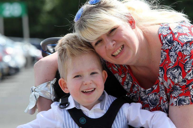 Un bambino con idrocefalia e spina bifida ha superato tutte le sfide