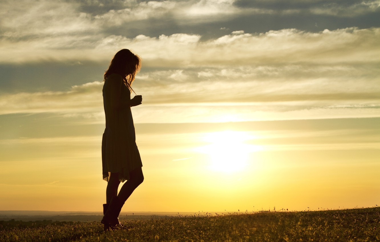 Обои поле, девушка, вечер, walking alone at sunset картинки на рабочий стол, раздел настроения - скачать