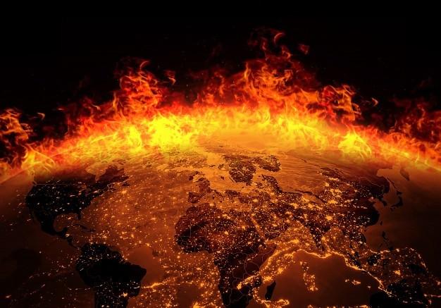 Terra che brucia di fuoco   Foto Premium