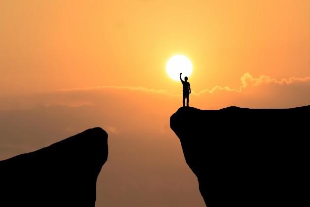 Uomo sulla cima della montagna, uomo di libertà sulla priorità bassa del tramonto | Foto Gratis