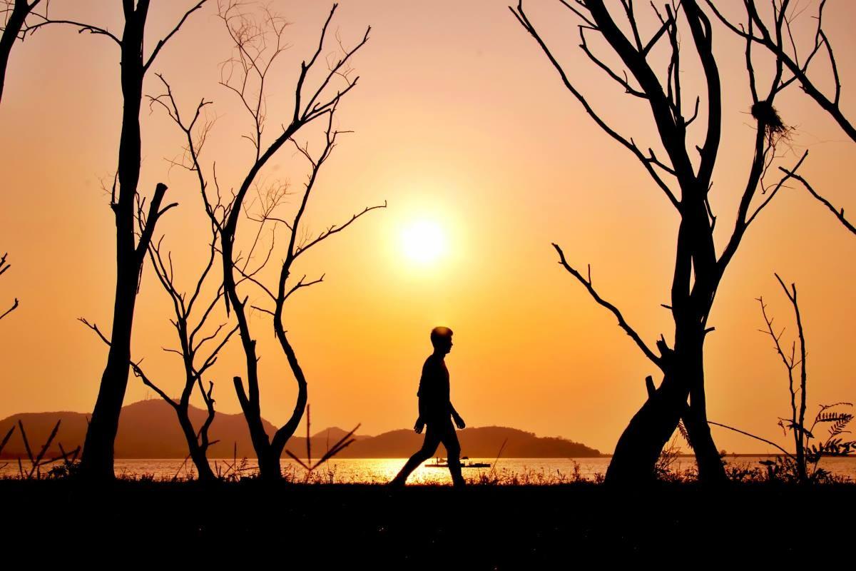 Meditazione camminata: tutti i benefici e come praticarla